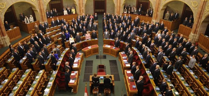 Feles törvényként erőltette át a lex Csicskát a Fidesz