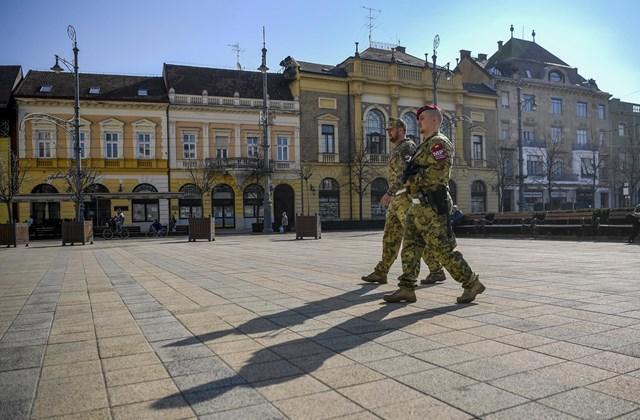 mti.20.03.20. katonai járőrök Debrecenben Katonai járőrök a debreceni Kossuth téren 2020. március 20-án. A katonák utcai jelenlétének célja a közbiztonság és közrend fenntartásának támogatása, a lakosság bizalmának erősítése a koronavírus-járvány idején