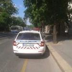 Fotó: Rendőrautó is lazán ráparkolt a biciklisávra