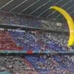 Egy siklóernyős Greenpeace-aktivista a nézők közé repült a német–francia meccsen, többen megsérültek