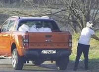 Itt van két autós, aki nagyban pakolja le a szemetét az Ócsai útnál