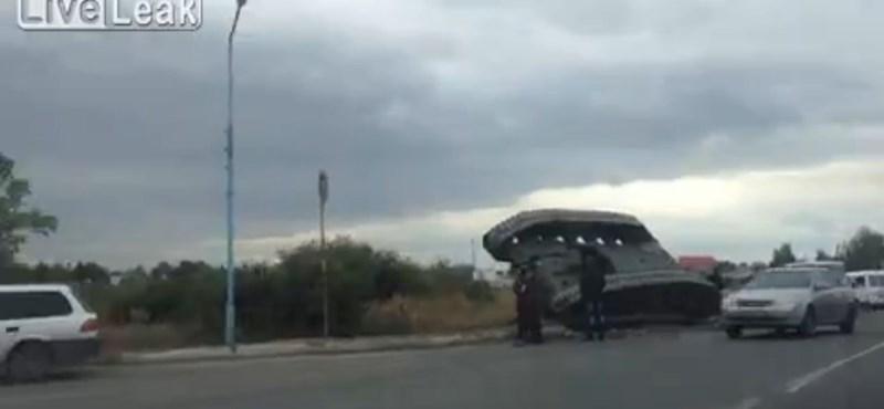 Ilyen, amikor egy felborult tank akadályozza a forgalmat – videó