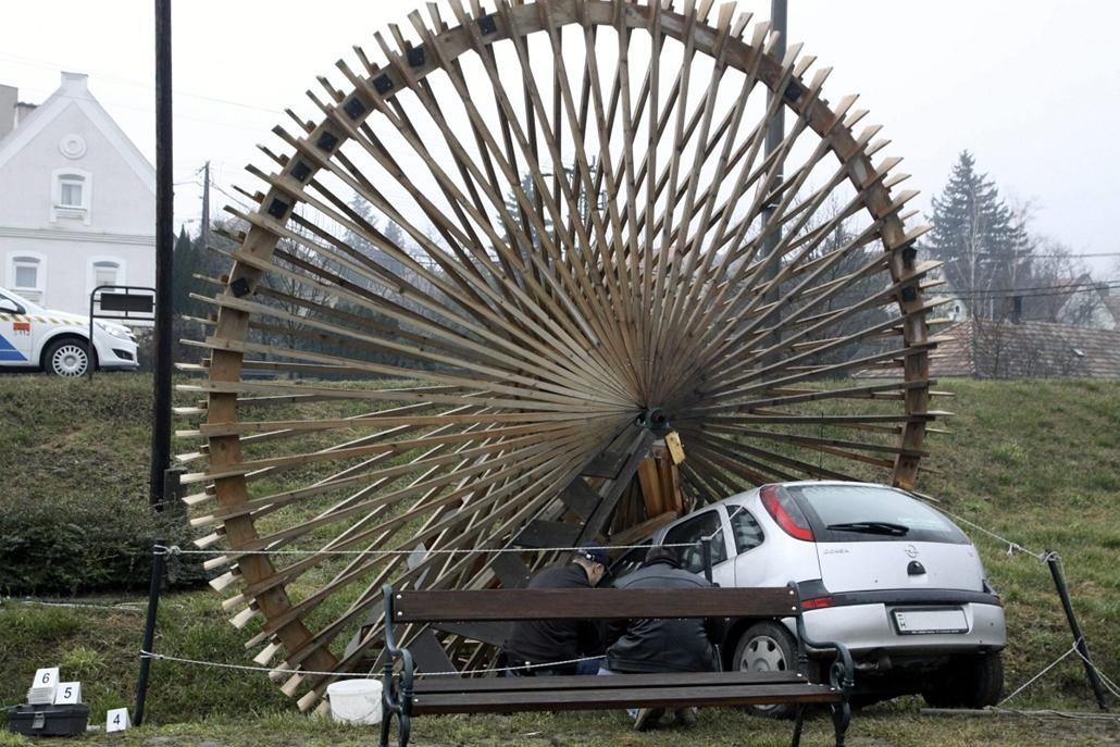 mti.15.02.23. - Csopak: a Séd-patak egykori vízimalmának emléket állító, megsérült malomkerék és az abba belehajtó autó - vizimalom, vizimalomkerék