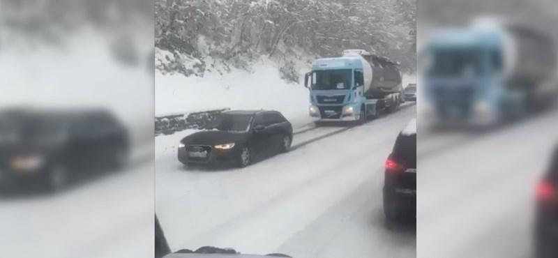 Audival húzták a tartálykocsit a havas emelkedőn - videó