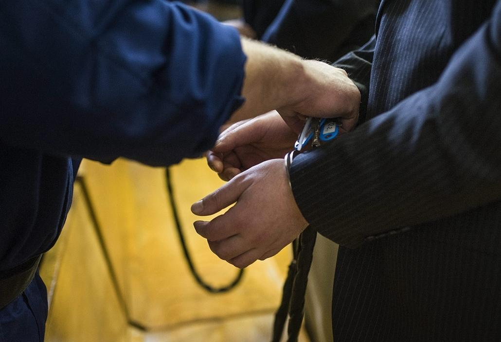 mti. Izsáki rendőrök - Életfogytiglant kapott az elsőrendű vádlott első fokon 2014.12.17. Kecskemét, Bilincset helyeznek a testi sértés bűntette és más bűncselekményekkel vádolt volt izsáki rendőrök közül az elsőrendű vádlott kezére az ítélethirdetés után