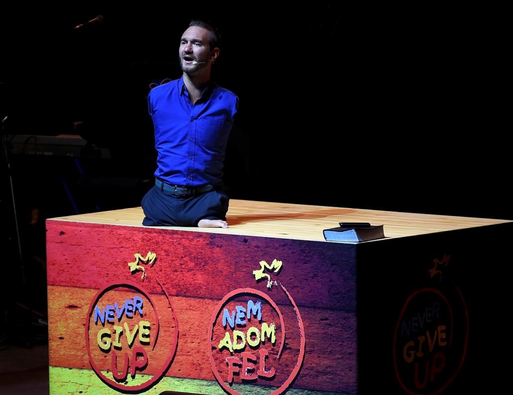 mti.16.09.21. - Nick Vujicic ausztrál prédikátor, motivációs tréner előadást tart a Nem Adom Fel Alapítvány rendezvényén a budapesti Tüskecsarnokban 2016. szeptember 21-én.  Nick Vujicic ,