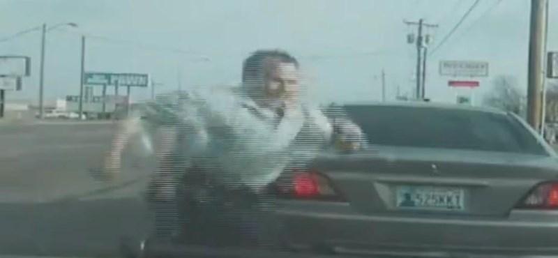 Telefonáló autós elől kellett elugrania egy rendőrnek - videó
