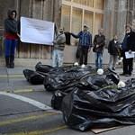 Fotók: hullazsákban feküdtek aktivisták az Emmi elé