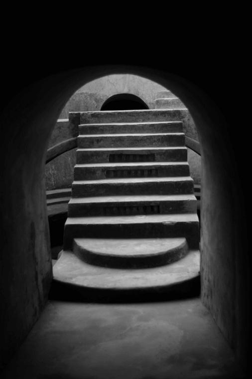 NE használd_! - Bartis Attila nagyítás - Föld alatti kőlépcső, Yogyakarta, Jáva, 2014