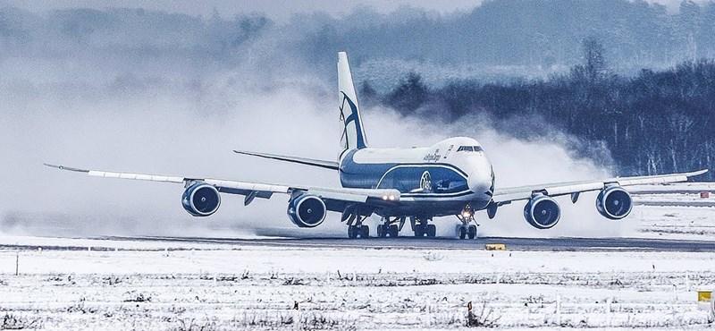 Szinte hóvihart kavar maga mögött a felszálló Boeing 747-es – videó