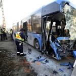 Így néz ki egy busz, ha kukásautóval ütközik (fotók)
