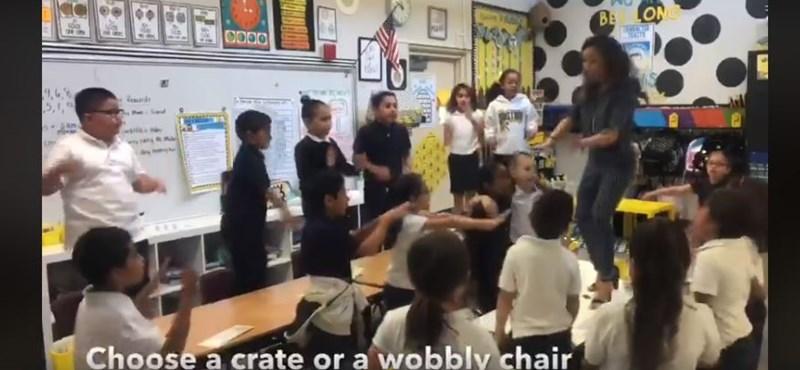Asztalon táncolva énekelteti meg a kisdiákjait egy tanító (videó)