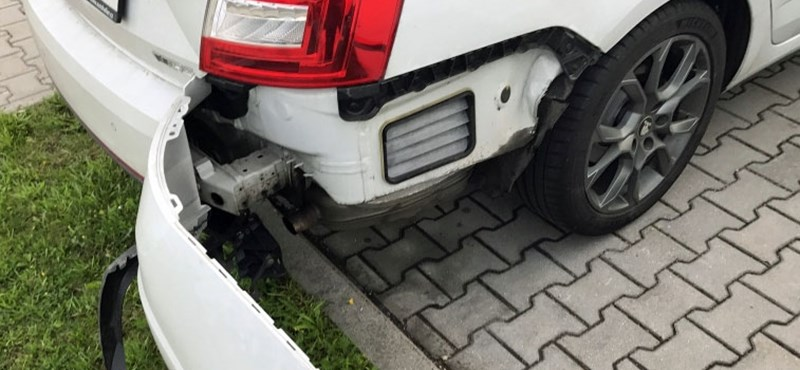 Mi az a kis csapóajtós nyílás a kocsik ütközője alatt?