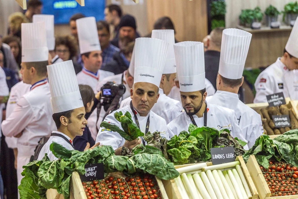 mti. 17.01.23. A marokkói csapat alapanyagot vásárol a Bocuse d'Or szakácsverseny döntője előtti napon Lyonban a SIRHA nemzetközi vendéglátó-, szálloda- és élelmiszeripari kiállításon 2017. január 23-án.