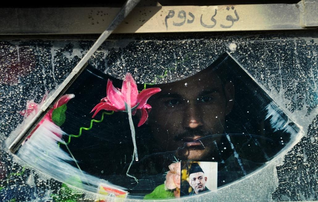 afp.14.02.24. - Afganisztán, Az Afganisztáni Nemzeti Hadsereg katonája egy páncélozott jármű szélvédője mögött a pakisztáni határon 2014 február 24-én