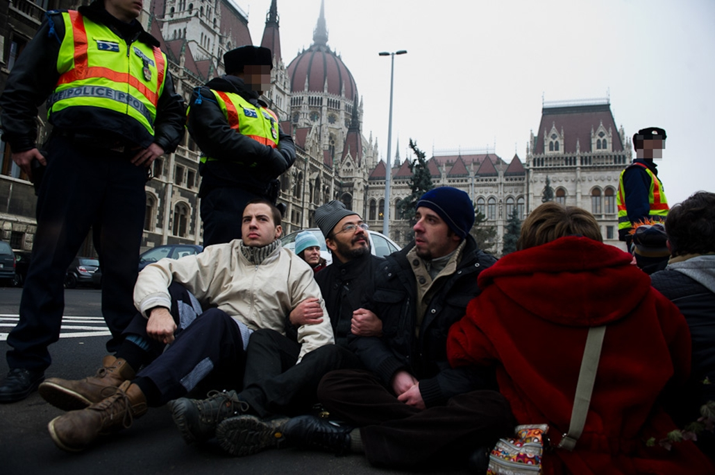 LMP-s képviselők láncolták magukat a Parlament bejáratához, lmp, parlament, tüntetés, lánc