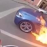 Ha kigyullad a kocsid, ne taposs a gázra, a menetszél nem fogja elfújni – videó