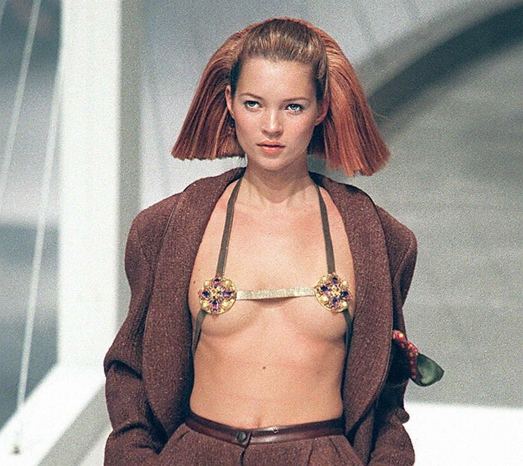 afp. Kate Moss szupermodell 40 éves - nagyítás - 1997.03.12. Párizs - British model Kate Moss presents a classic soft Chanel pants suit in brown by Germany designer Karl Lagerfeld for the Chanel 1997/98 Fall/Winter ready-to-wear collection on March 12, 19