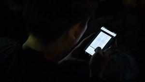 Kutatások bebizonyították: Zavarja a gyereket, ha mobilozik a szülő