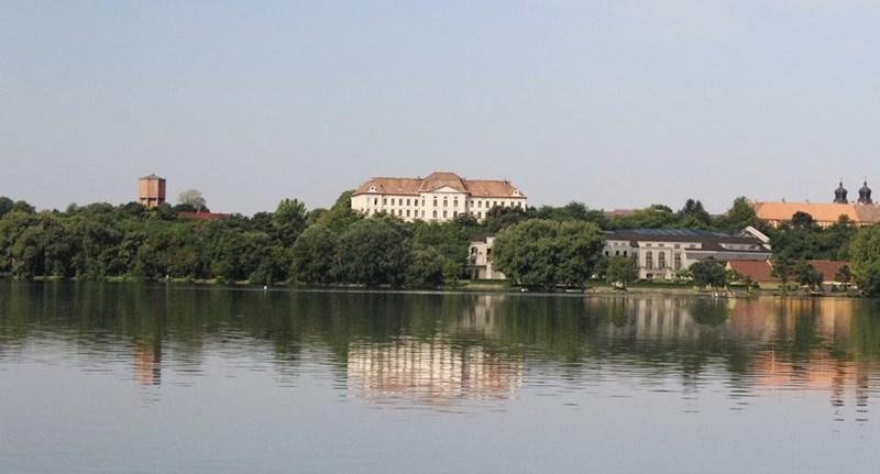 Hiába a tiltakozás, luxusszállót építenek a tatai Öreg-tó partjára