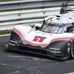 Ledöbbent a komplett autós társadalom: elképesztő Nordschleife körrekordot futott a Porsche