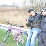 Négy napja bringázott az M1-esen két emigráns