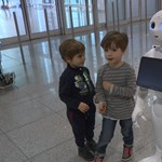 Nagyon cuki robotlány segít az utasoknak a müncheni reptéren – videó