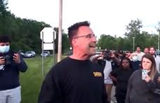 Michiganben egy rendőr letette a sisakot, majd békében vonult a tüntetőkkel
