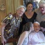 A 100 éves Kirk Douglas a feleségét dicsérte, majd kiment egy sétára – fotó