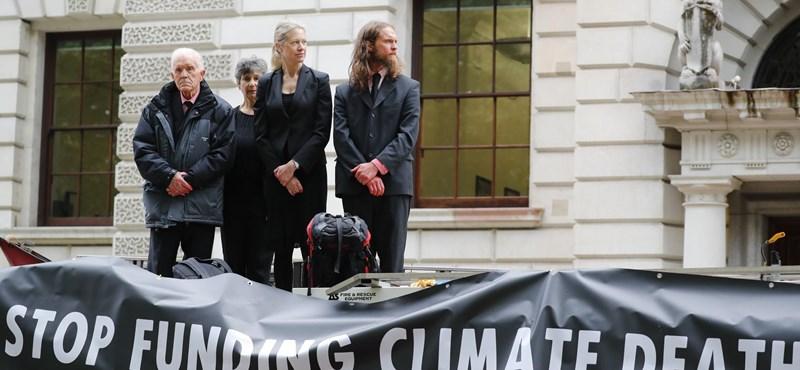 Művérrel locsolták be klímatüntetők a brit Pénzügyminisztériumot – videó