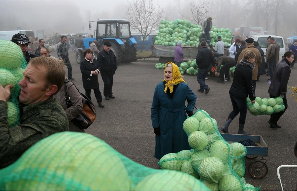 AP. Feréroroszország: utcai káposztavásár Novogrudok városában. Az őszi időszakban a helyi hatóságok ilyen ''piacokkal'' próbálják zöldségvásárlásra ösztönözni a lakosokat. - hét képei nagyítás