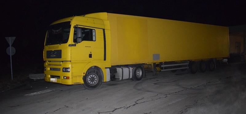 Nemcsak a színe miatt tűnt fel ez a kamion a magyar rendőröknek