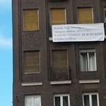 """""""KÖLTÖZZ A SZERETŐDHÖZ, zárakat cseréltem"""" – Újabb óriásmolinó a Madách téren"""