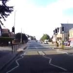 160-nal száguldott egy autó a rossz oldalon egy brit városban ? videó
