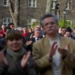"""""""Köszönöm, hogy erőt adnak"""" - tüntettek az SE lemondott rektora mellett"""