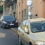 Újabb zseniális parkolás: buszmegállóban, járdán, menetiránnyal szemben