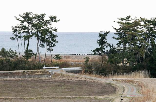 2011 március 11-én készitett és Tomiszava Szadacugu japán természettudós által közreadott képsorozat a Fukusima prefektúrabeli Minamiszoma városának Odaka negyedében húzódó óceánpartról a szökőár érkezése előtti (fent), a harmadik hullám alatti (k) és a k