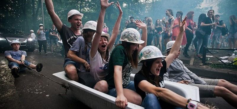 Elképesztő, mit műveltek diplomázás után: így ünnepelnek az orosz hallgatók