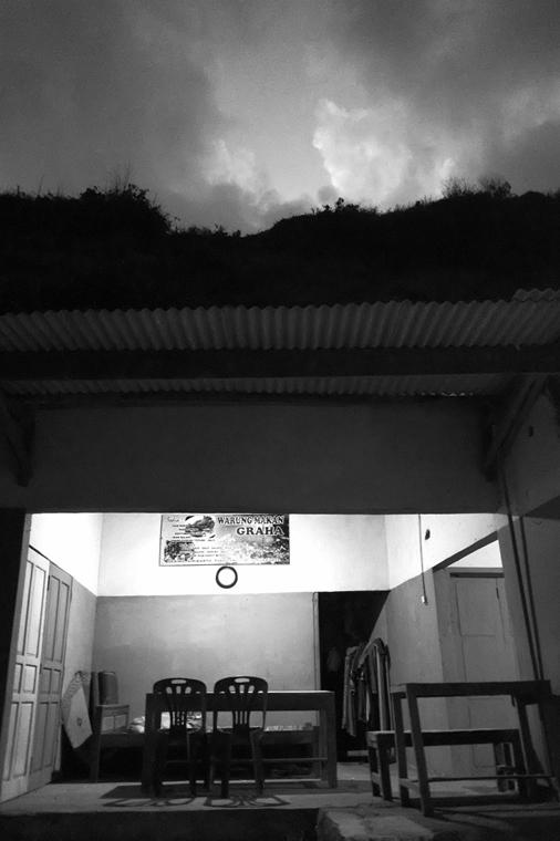 NE használd_! - Bartis Attila nagyítás - Hegybe ásott büfé, Gesing, Jáva, 2016