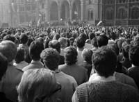 30 évvel ezelőtt a világ proletárjai már csak a Népszava címlapján egyesültek