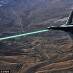 Lézerfegyvert szerel fel katonai repülőgépeire az USA – videón mutatjuk, hogyan működik