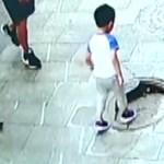 Milliók rémálma történt meg ezzel a kínai kisfiúval – videó