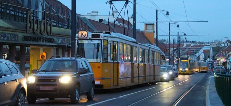 Életveszélyes átépítetlen megállókra panaszkodnak a fonódó utasai