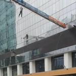 Videó: Ablaktisztító munkások kerültek életveszélybe a viharos szél miatt