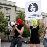 Videó: A Pussy Riot most először angolul énekel