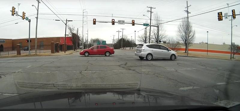 Videó: Íme az autós, akinek fogalma sincs róla, hogy mit csinál – és mi sem tudjuk kitalálni
