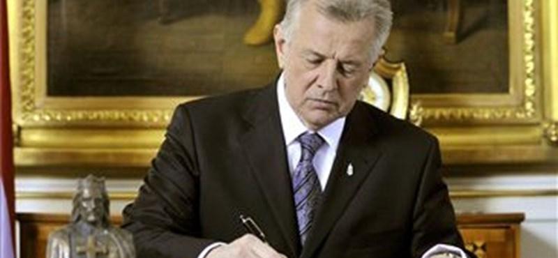 Schmitt Pál aláírta az új alkotmányt