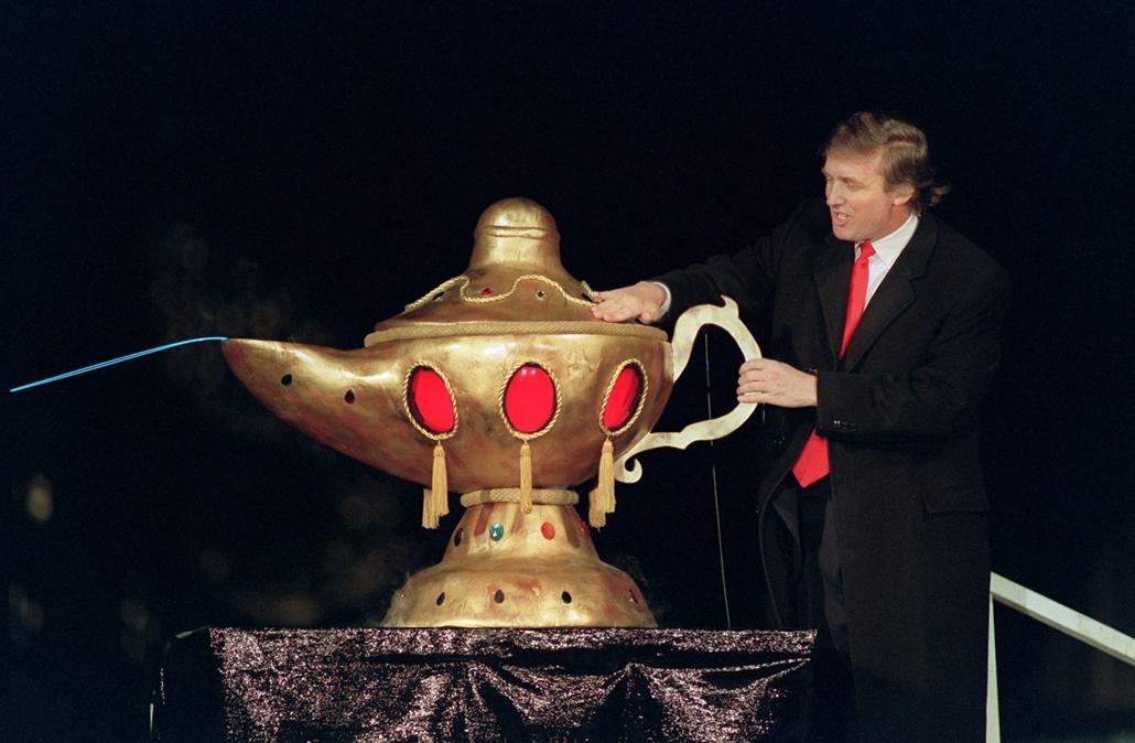 afp.90.04.05. - Atlantic City, USA: Donald Trump és a csodalámpa a Taj Mahal kaszinó megnyitóján Atlantic Cityben 1990 áprilisában. - Donald Trump nagyítás