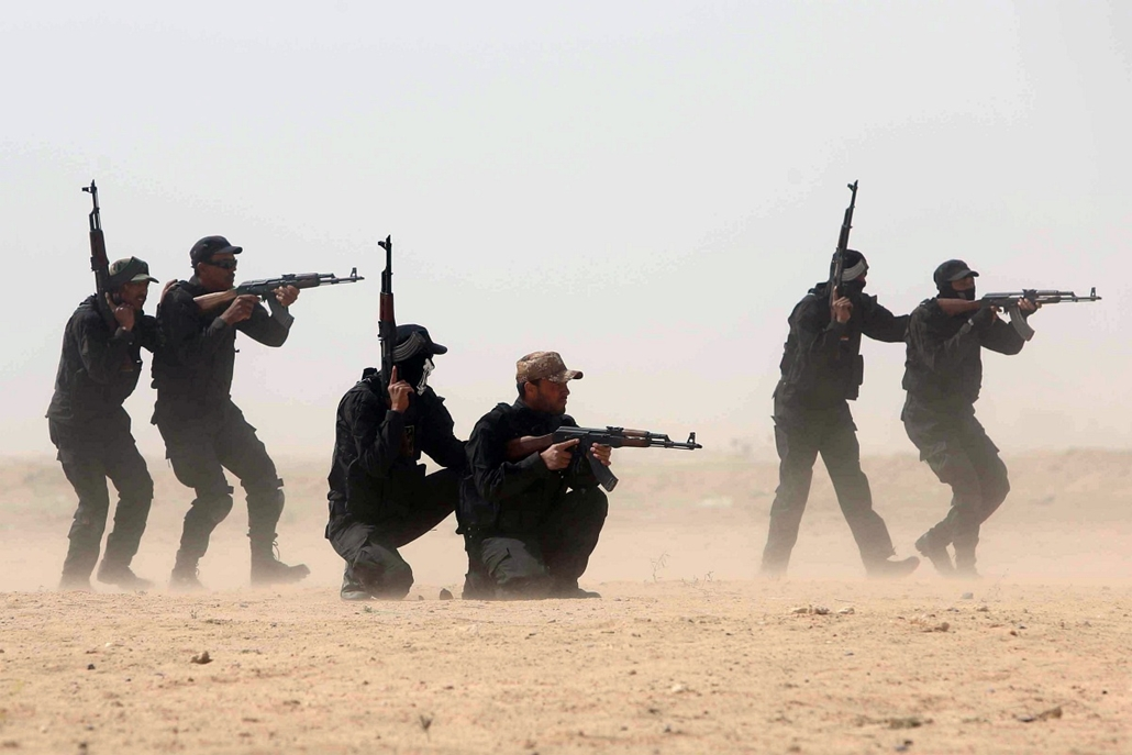 afp. hét képe - Karbala, Irak, katonák, Members of the popular mobilisation unit attend a combat training session at a military camp in the Iraqi Shiite shrine city of Karbala in central Iraq on March 12, 2015,  ahead of joining the military operation in