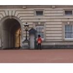 Videó: Botrányt okozott az őrség közben piruettező brit királyi gárdista